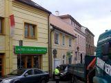 Nákladní vůz v Dlouhé naboural do zaparkovaného vozu, ulice je neprůjezdná ()
