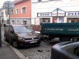 Nákladní vůz v Dlouhé naboural do zaparkovaného vozu, ulice je neprůjezdná (1)