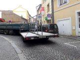Nákladní vůz v Dlouhé naboural do zaparkovaného vozu, ulice je neprůjezdná (2)