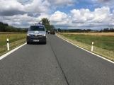 Ke střetu nákladního auta a dvou osobních došlo u obce Počaply (2)