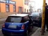 Dvě auta se srazila v Rožmitálské ()