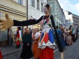 Pražskou ulicí rachotila kola povozů. Kejklíři i hudebníci potěšili přihlížející (49)