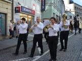 Pražskou ulicí rachotila kola povozů. Kejklíři i hudebníci potěšili přihlížející (62)