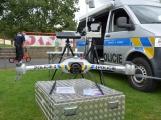 Hasiči vyprostili zraněnou ženu z vozu, policejní dron snímal okolí, služební pes zadržel zloděje unikajícího na jízdním kole (28)