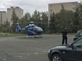 Vrtulník odlétá se žákem ZŠ Školní, zraněném při pádu z výšky (1)