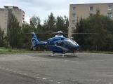 Vrtulník odlétá se žákem ZŠ Školní, zraněném při pádu z výšky (3)