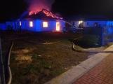 Aktuálně: Plameny zachvátily rodinný dům na Příbramsku (1)