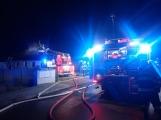 Aktuálně: Plameny zachvátily rodinný dům na Příbramsku (7)