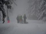 Zimní Brdy uvítaly účastníky pochodu pořádnou sněhovou nadílkou (19)