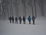 Zimní Brdy uvítaly účastníky pochodu pořádnou sněhovou nadílkou (20)