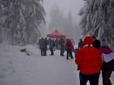 Zimní Brdy uvítaly účastníky pochodu pořádnou sněhovou nadílkou (39)