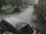 Foto dne: Přes Milín se přehnaly kroupy, zničily několik aut (10)