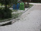 Foto dne: Přes Milín se přehnaly kroupy, zničily několik aut (3)