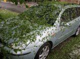 Foto dne: Přes Milín se přehnaly kroupy, zničily několik aut (1)