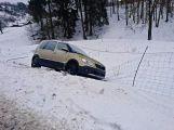 Řidičku zachránil před kotrmelcem plot (6)