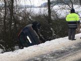 U Občova skončilo auto na střeše (1)