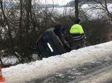U Občova skončilo auto na střeše (3)
