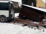 Špatně zajištěný vůz zničil autobusovou zastávku na Dubně ()