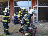 Hasiči ze Zalužan ráno evakuovali žáky ze školy v Chrašticích (21)