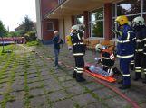 Hasiči ze Zalužan ráno evakuovali žáky ze školy v Chrašticích (12)