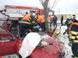 Žena nabourala do stromu, letecky jí transportovali do Motola ()