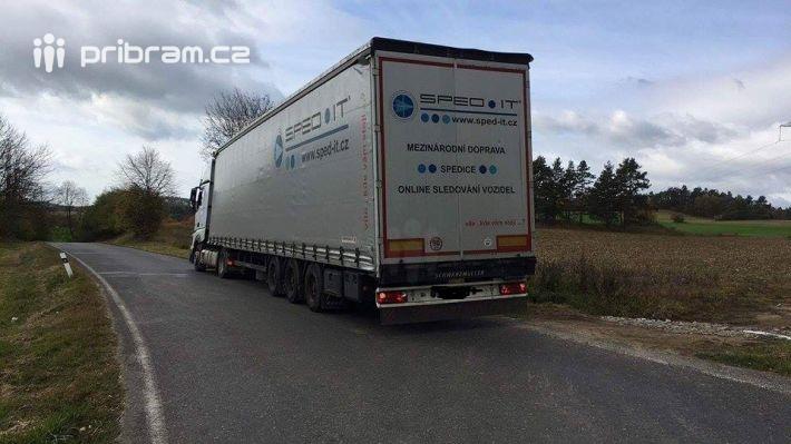 Řidič kamionu jedoucího zmírného kopce …