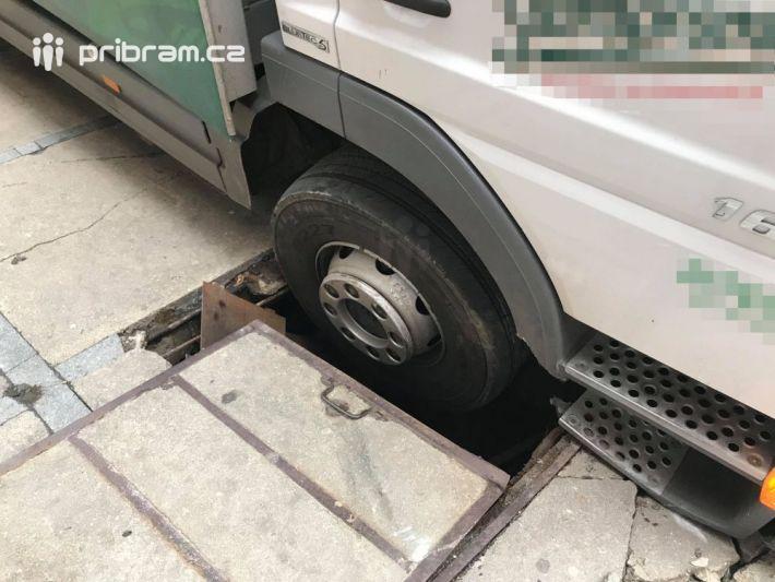 Zásobovací nákladní vozidlo museli vyprostit z …