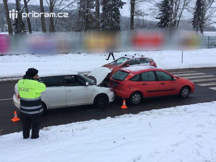 Dopravní nehoda dvou vozidel komplikuje …