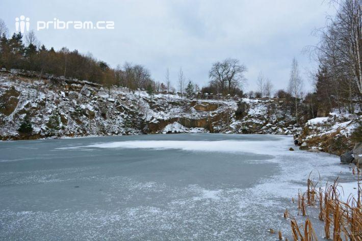 Jezero je po většině obvodu obklopeno strmými …