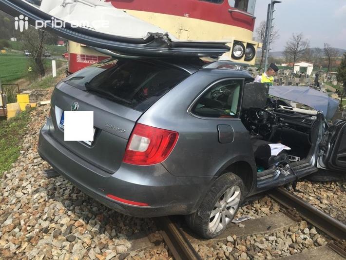Na železničním přejezdu v Lochovicích na …