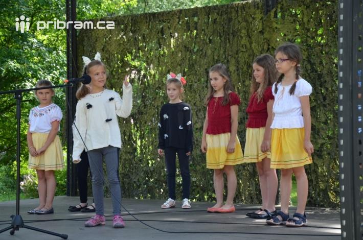 Na pódiu, které otevřely svým vystoupením děti …