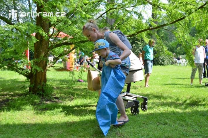 Pro děti byly připraveny také soutěže, skákání …