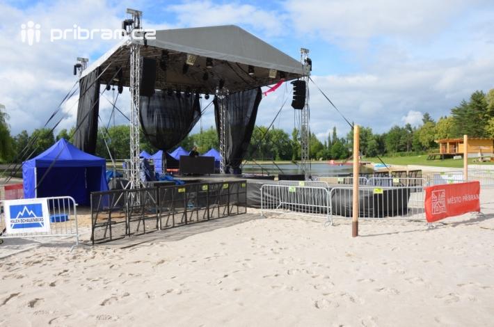 Na pláži se pyšně honosila hlavní stage, která …
