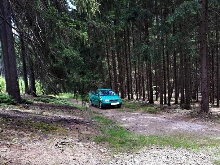 Auto přímo v CHKO nedaleko vrcholu Praha, …