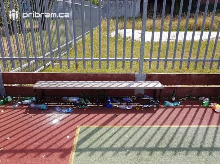 Školní hřiště je využíváno téměř po celý den i …