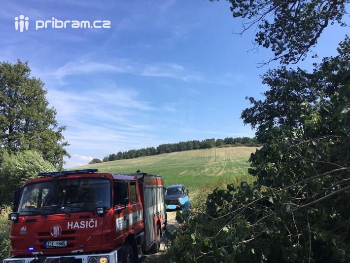Pád stromu a poškozené vozidlo Mercedes bylo …