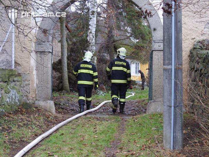 Právě nyní zaměstnává hasiče požár rodinného …