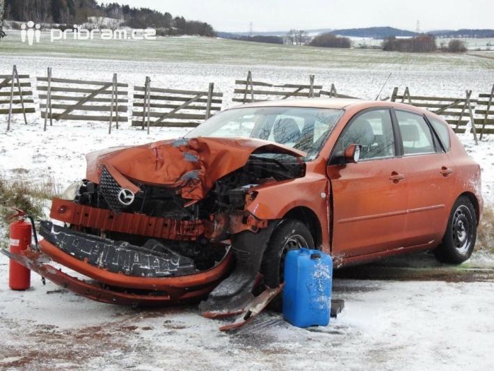 Namrzlá vozovka pokrytá sněhem komplikuje …