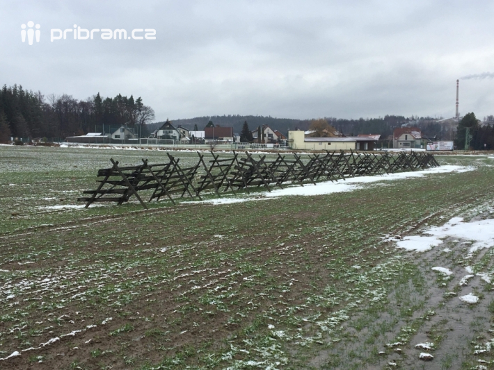 Zábrany proti sněhu stojí okolo silnic, kde …