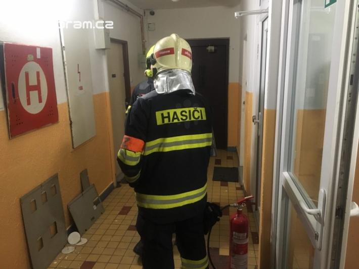 Požár elektroinstalace v bytovém domě povolal …