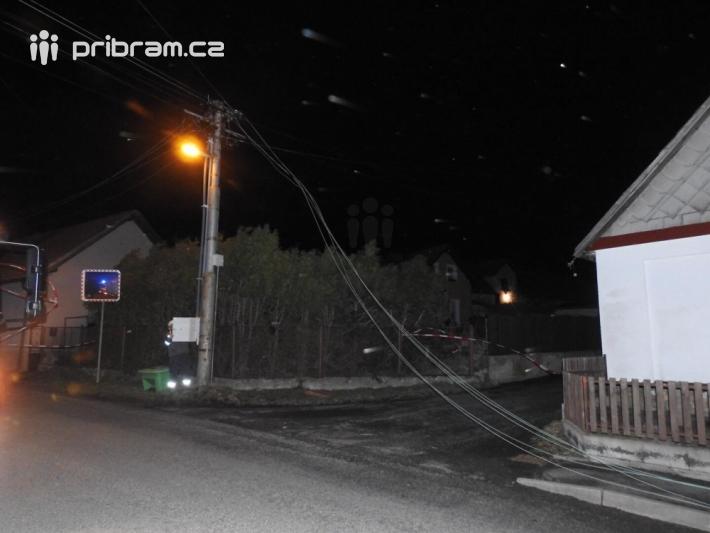 Padlý strom na elektrické vedení v Narysově.