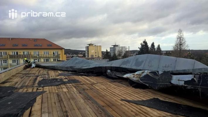 Zásah hasičů na střeše 1. ZŠ v Dobříši. Foto: …