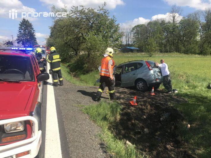 Cesta osobního vozu skončila u Vešína …