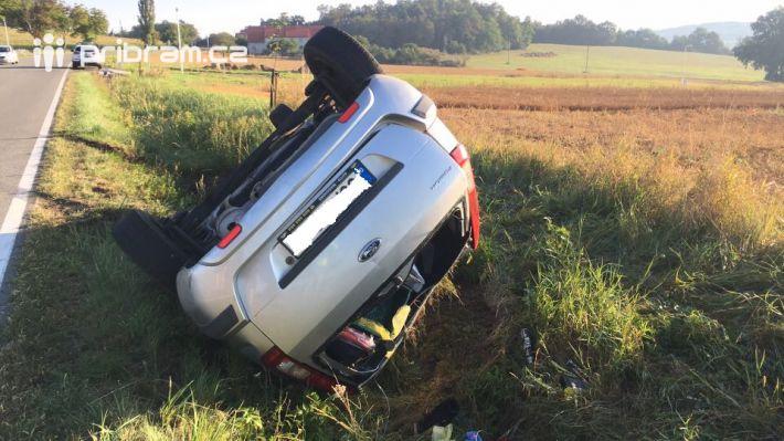 Na komunikaci 105 u Sedlčan skončil osobní vůz …