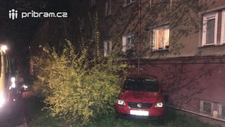 Právě teď: Vůz zaparkoval do zdi bytového domu