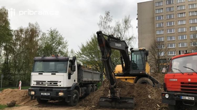 V Čechovské ulici jsou v plném proudu práce na výstavbě parkoviště