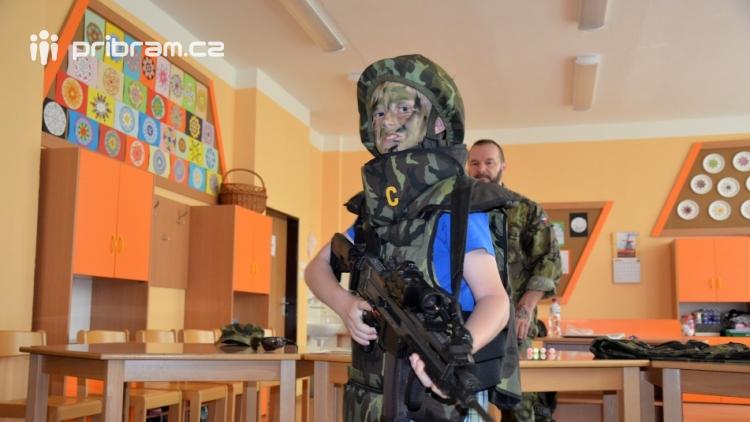 V základní škole ve Školní ulici dnes zasahovala Městská policie Příbram, hasiči, zdravotníci i armáda. Naštěstí jen preventivně ve spolupráci s dětmi