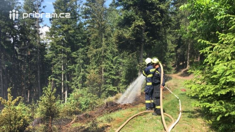 Aktuálně: Čtyři jednotky hasičů likvidují požár v lese