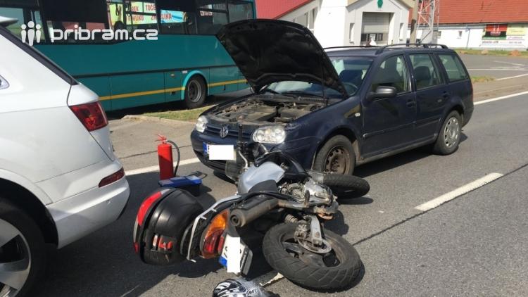 Aktuálně: Nehoda dvou vozů s motorkářem povolala veškeré složky IZS