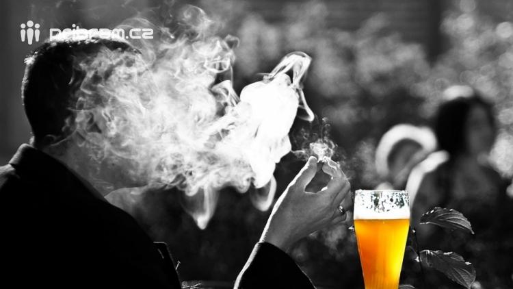 Průzkum: Jak po jednom roce vnímají lidé zákaz kouření v restauracích